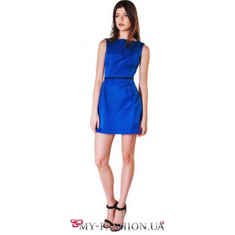 Короткое платье без рукавов приталенного кроя