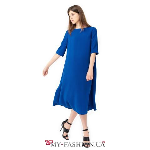 Платье средней длины насыщенного синего цвета
