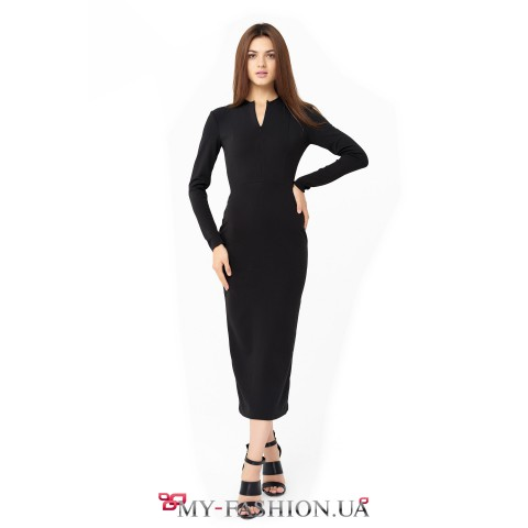 Приталенное чёрное платье средней длины