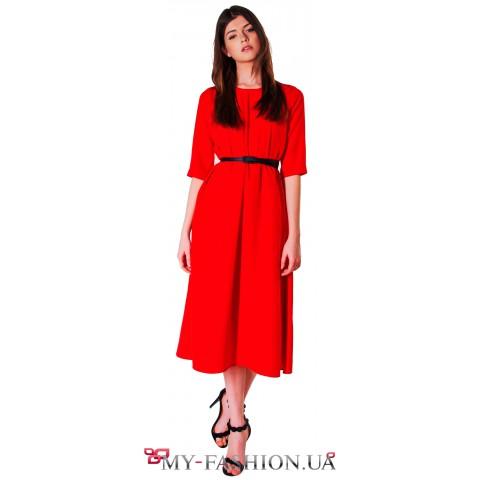Красное платье-миди А-образного силуэта