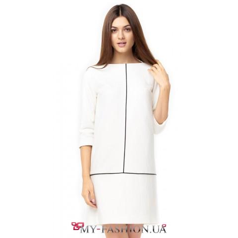 Стильное белое платье прямого силуэта