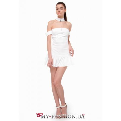 Кокетливое белое платье мини длины