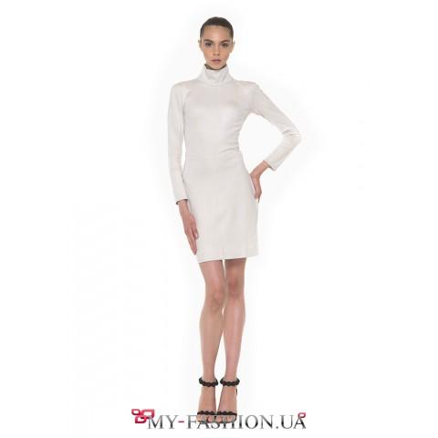 Лаконичное платье с высокой горловиной из мягкой эко-замши