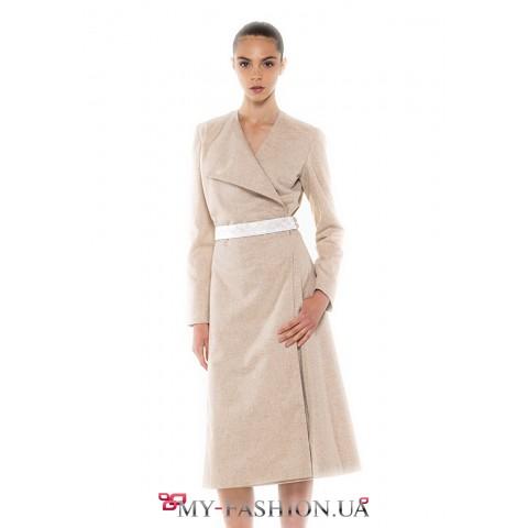 Красивое платье на запах бежевого цвета