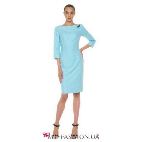 Бирюзовое платье-футляр с брошью