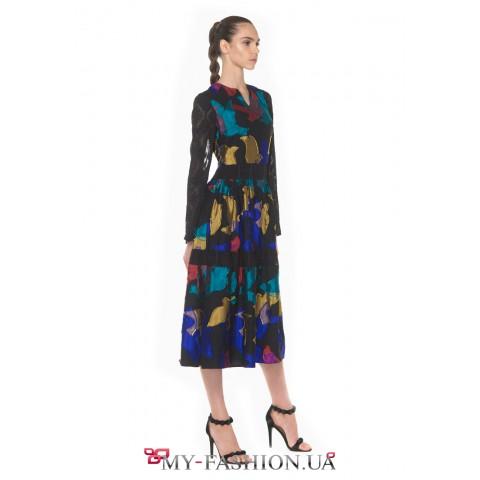 Классическое платье миди выполнено из тонкого текстурированного шифона