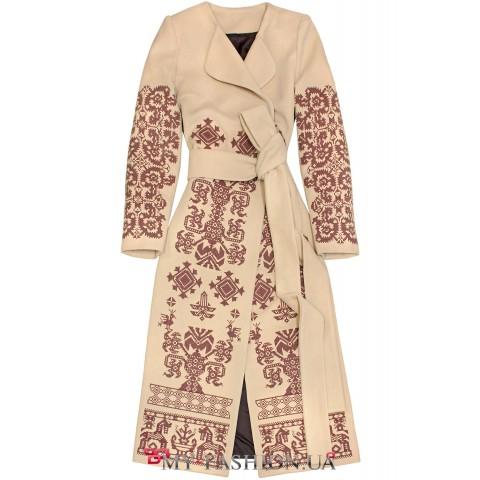 Женственное пальто с колоритной вышивкой