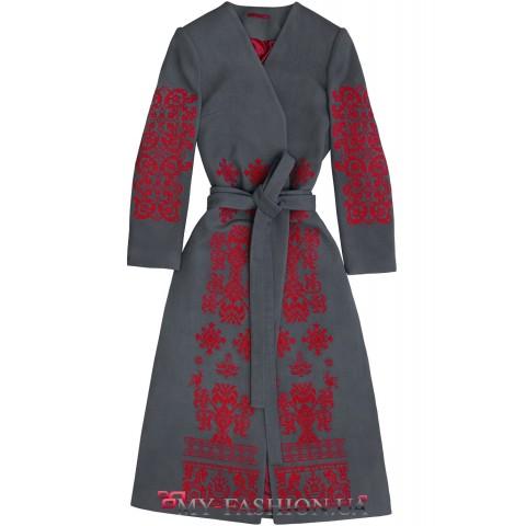 Оригинальное пальто с вышивкой в насыщенном колорите