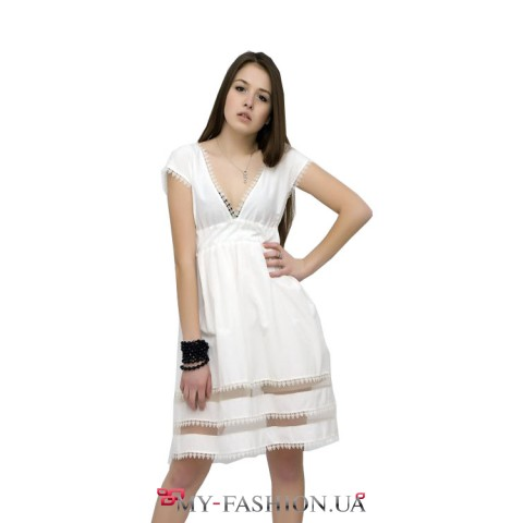 Коктейльное белое платье с кружевной отделкой