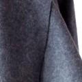 Пальто изготовлено из серо-голубой шерсти, без застёжек