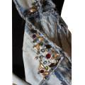 Джинсовая жилетка со стильной окантовкой