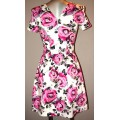 Короткое летнее платье  с крупными розовыми цветами