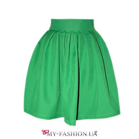 Короткая зелёная юбка с крупными складками