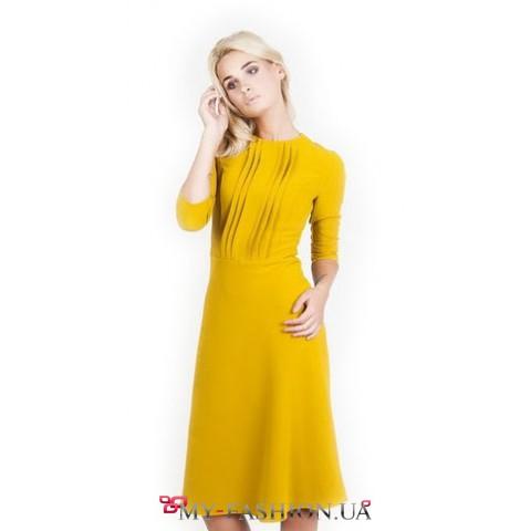 Привлекательное платье приталенного силуэта