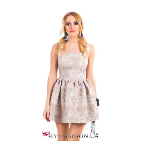 Короткое платье нежного бежевого цвета