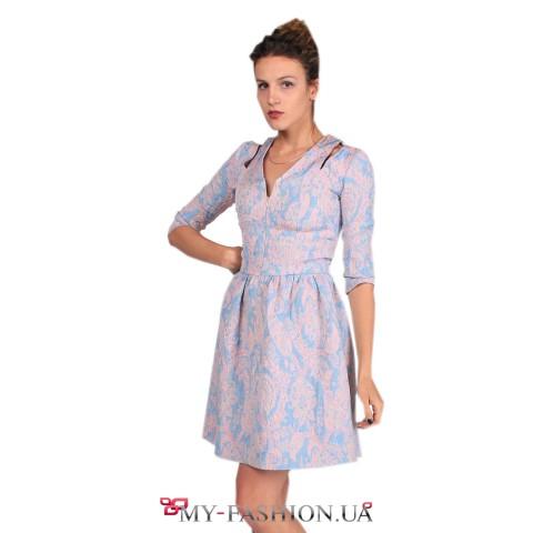 Короткое светлое платье из плотного хлопка
