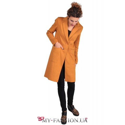 Стильное пальто из трикотажа горчичного цвета