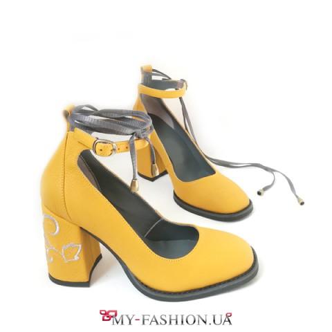 Туфли цвета желтой горчицы с вышивкой