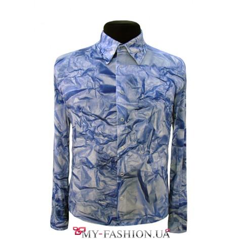 Голубая мужская рубашка с оригинальным принтом