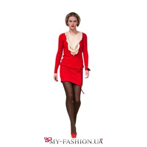 Красное платье с эффектным жабо