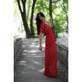 Длинное красное платье в чёрный горошек