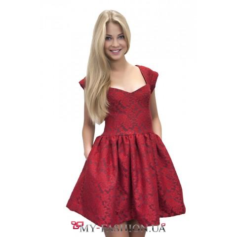Короткое красное платье из плотной ткани
