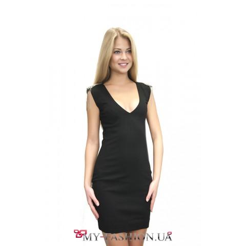 Короткое платье с V-образным вырезом