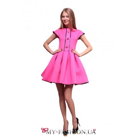 Короткое розовое платье с пышной юбкой из неопрена