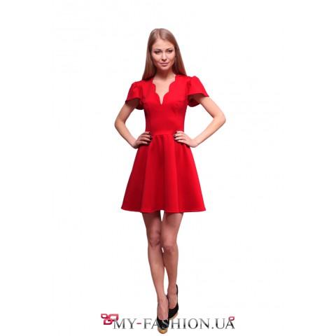 Короткое красное платье с фигурным вырезом горловины