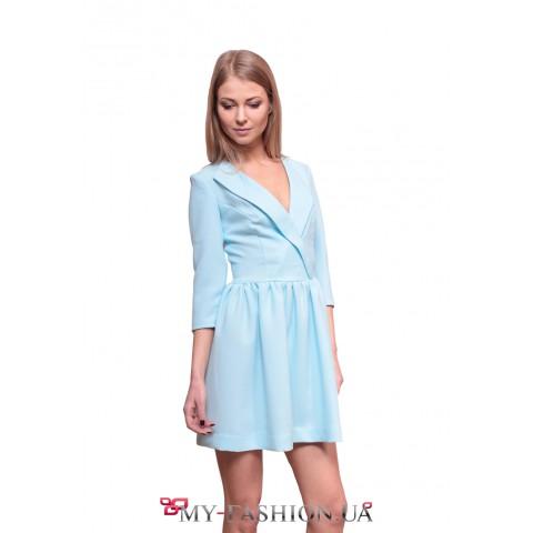 Короткое голубое платье с полочкой на запах